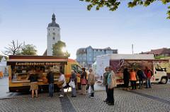Brotstand / Landbäckerei und Fleischstand / Fleischerei auf dem Marktplatz von Lübben / Spreewald