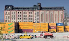 Alte Industriearchitektur - Speichergebäude an der Trave in Lübeck Kücknitz - Containerlager.
