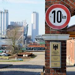 Einfahrt / Schild, Wasser und Schifffahrtsamt Lübeck, Bauhof - im Hintergrund Industriegebäude an der Trave.