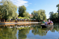 Kahnfahrt in Lübben - Touristen mit Kahnführer, Anlegestelle und Gastätte, Restaurant am Wasser.