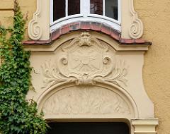 Stuckdekor über dem Türsturz - Lübecker Wappen, Doppeladler.