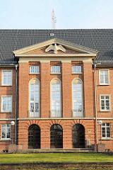 Eingang Verwaltungsgebäude vom Wasser- und Schifffahrtsamt Lübeck; denkmalgeschützter Backsteinbau von 1937, ehem. Stabsgebäude der Walderseekaserne.