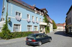 Strasse in Lübben, Spreewald - Haus mit blauer Fassade, Blumenkasten am Fenster.