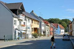 Wohnhäuser - farbige  Fassaden, Gubener Straße / Lübben (Spreewald).