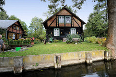 Wohnhaus mit Holzfassade und Fachwerk mit Ziegelsteinen verfüllt - Kanal in Lübbenau.