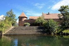 Teile der Stadtbefestigung von Lübben / Spreewald; Teppenanlage zum Wasser, Stadtmauer und Hexenturm.