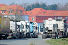 Abgestellte Zugmaschinen, Wohnhäuser - Herrenwyk, Hansestadt Lübeck.