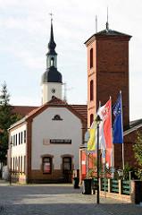 Schlauchturm vom Spritzenhaus und Kirchturm der St. Nikolaikirche  in Lübbenau / Spreewald.