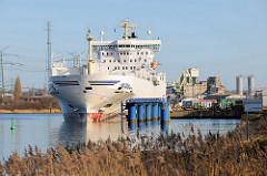 Frachtschiff am Ufer der Trave - Hafen Lübeck Schlutup.