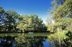 Kanufahrt auf den Spreearmen des Binnendeltas bei Lübben - Bäume am Flussufer.