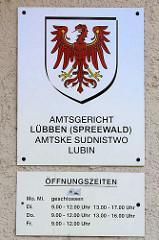 Schild Amtsgericht Lübben (Spreewald) - Amtske Sudnistwo Lubin, Öffnungszeiten.