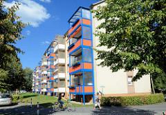 Mehrstöckiges Wohngebäude, Wohnblock mit vorgesetzten farbigen Balkons in Lübben ( Spreewald ).