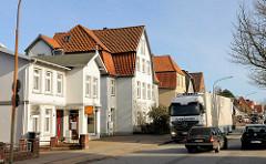 Wohnhäuser an der Mecklenburger Strasse in Schlutup - LKW, Strassenverkehr.