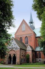 Das sogen. Paradies, eine Vorhalle des Nordportals, wurde 1259  im spätromanischen Stil  am Lübecker Dom angefügt und übernahm die Funktion des Haupteingangs.