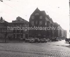 Fotografie der Davidwache und St. Pauli Theater am Spielbudenplatz / Davidstrasse - Blick über die Reeperbahn, Kopfsteinpflaster und Strassenbahnschienen, Autos der 1960 Jahre.