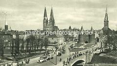 Historischer Blick zum Lübecker Holstentor - Kirchtürme in der Altstadt der Hansestadt Lübeck - re. die Petrikirche in der Mitte der Doppelturm der St. Marinekirche und lks. die St. Jakobi Kirche.