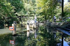 Schleusenwärter erwarten die Einfahrt eines Kahns in eine Schleuse bei Lübben / Spreewald.