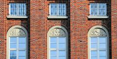 Fenstersturz Reliefdekor / Verwaltungsgebäude vom Wasser- und Schifffahrtsamt Lübeck; denkmalgeschützter Backsteinbau von 1937, ehem. Stabsgebäude der Walderseekaserne.