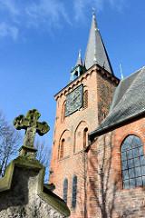 Grabkreuz - Friedhof und Kirchturm der St. Andreaskirche in Schlutup.