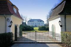 Gittertor, Eisentor - Blick zum Gutsgebäude Gut Blumendorf im Bad Oldesloer Stadtteil Blumendorf.