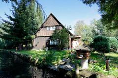 Historisches Wohnhaus in Lübbenau am Spreewald - Holzhaus an einem Spreearm, Briefkasten am Wasser.
