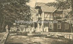 Altes Foto vom Gasthaus Wotschofska im Spreewald bei Lübbenau - Kinder stehen am Ufer bei den Ruderbooten / Holzkähnen.