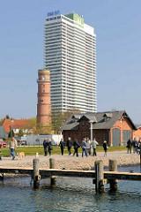 Maritim Hotel und alter Leuchtturm. Das Hotel wurde 1974 fertig gestellt und hat mit 36 Etagen eine Höhe von 119 m - der alte Leuchtturm wurde 1827 aus rotem Backstein 1827 in klassizistischem Stil errichtet und hat eine Höhe von 31 m; 1974 wurde der