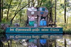 Ponton am Spreeufer  bei Lübben - der Spreewald grüsst seine Gäste - Figuren aus Heuballen.