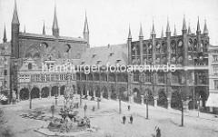 Historische Fotografie vom Lübecker Rathaus - im Vordergrund der neogotische Marktbrunnen, Architekt Hugo Schneider - eingeweiht 1873, abgebrochen 1934.