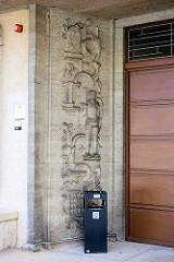 Eingang vom Amtsgericht der Stadt Lübben (Spreewald); das Gebäude wurde 1930 durch die Firma Alfons Heinrich  errichtet. Steinrelief mit einer Gesetzestafel und den 10 GEboten, eine mittelalterliche Rolandsfigur und ein vergittertes Gefängnisfenster.