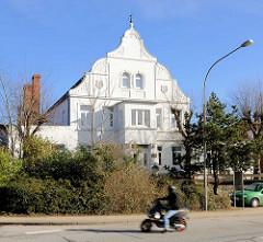 Weisse Jugendstilfassade bei der Mecklenburger Strasse in Lübeck Schlutup.
