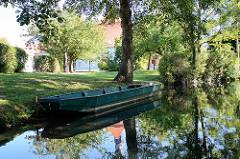 Spreewaldkahn, Holzkahn am Fliess / Kanal bei der Schlossinsel in Lübben.