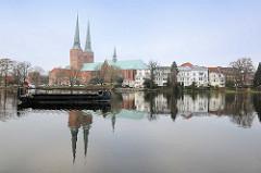 Blick über den Mühlenteich zum Lübecker Dom;  romanische dreischiffige Pfeilerbasilika - Heinrich der Löwe legte 1173 den Grundstein für Lübeck ältestes Gotteshaus.