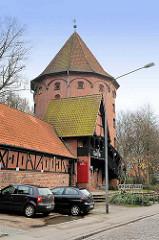 Bunker an der Rehderbrücke in Lübeck - die Architektur der Bunkeranlage wurde als Lübecker Befestigungsturm gebaut.
