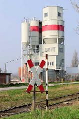 Güterbahngleise - Silo für Schüttgut in Lübeck Kücknitz.