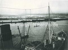Blick über den Vorhafen zum Kohlenschiffhafen und die Norderelbe; lks. im Hintergrund der Köhlbrand.