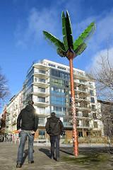 Parc fiction / Antonipark / Gezi-Park  in Hamburg St. Pauli - Spaziergänger und Metallpalme, Palme aus Stahl.