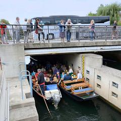 Schleuse an der Hauptspree in Lübben - zwei Kähne mit Touristen sind zur Schleusung eingefahrten - Schaulustige stehen auf der Brücke vom Ernst von Houwald Damm.