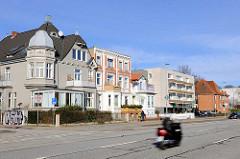 Moderne und historische Wohnhäuser in der Travemünder Allee von Lübeck.
