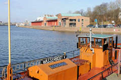 Wasserboot im Lübecker Hafen - ehem. Hafengebäude auf der Kaianlage an der Trave.