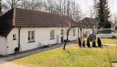 Einzelhäuser - Arbeitersiedlung in Lübeck Herrenwyk; Vorgarten mit Rasen.
