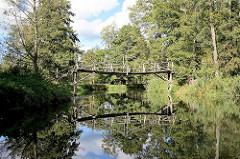 Fliess / Kanal im Spreewald bei Schlepzig - Holzbrücke / Fussgängerbrück, Bäume und Sträucher am Ufer.