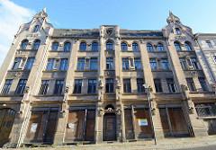 Leerstehende Wohngebäude mit zugenagelten Geschäftsfenstern - Jugendstilfassade; Architekturfotos aus Görlitz.