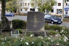Jakob Böhme Denkmal am Ulica Stefana Okrzei; das Denkmal wurde 2011enthüllt und zeigt ein Paar Schuhe, die einen aufgeklappten Buchdeckel stützen. Das Paar Schuhe symbolisiert seinen Beruf des Schuhmachers und das Buch steht für seine Veröffentlichun