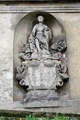 Figurenschmuck mit Inschrift - Familiengruft, Grufthaus auf dem historischer Nikolaikirchhof in Görlitz.  Aufgrund seines reichen Grabmal- und Epitaphenbestandes vom frühen 17. bis in die Mitte des 19. Jahrhunderts sowie der Grufthäuser des 17. und 1