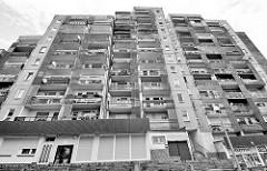 Plattenbau - Hochhaus mit Balkons in Zgorzelec / Polen.