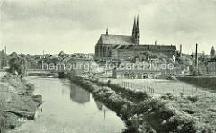 Altes Bild vom Lauf der Neisse in Görlitz - Kinder spielen Fussball auf einem Sportplatz - im Hintergrund die Altstadtbrücke und St. Peter und Paul Kirche.
