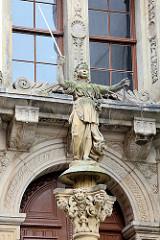 Figur Justitia mit Schwert und Waage auf der Säule vor dem Alten Rathaus von Görlitz.