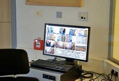 Videoüberwachung im Frauengefängnis Hamburg Billwerder - Bildschirm mit unterschiedlichen Gefängnisansichten.