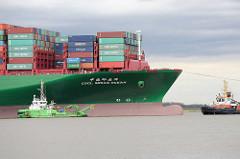 Bug des auf der Elbe der havarierte, aufgelaufene Containerfrachter CSCL Indian Ocean - lks. der Bagger Dhamra; das Arbeitsschiff ist ein Wasserinjektionsgerät, das mit starken Hochdruckpumpen feine Wasserstrahlen erzeugt, mit denen Schlickablagerung